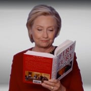 Hillary Clinton leyendo 'Fueria y fuego en la Casa Blanca'.