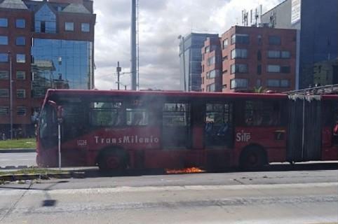 Bus de Transmilenio incendiado en norte de Bogotá