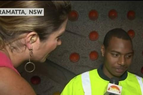 Periodista entrevista a ciudadano. Pulzo.