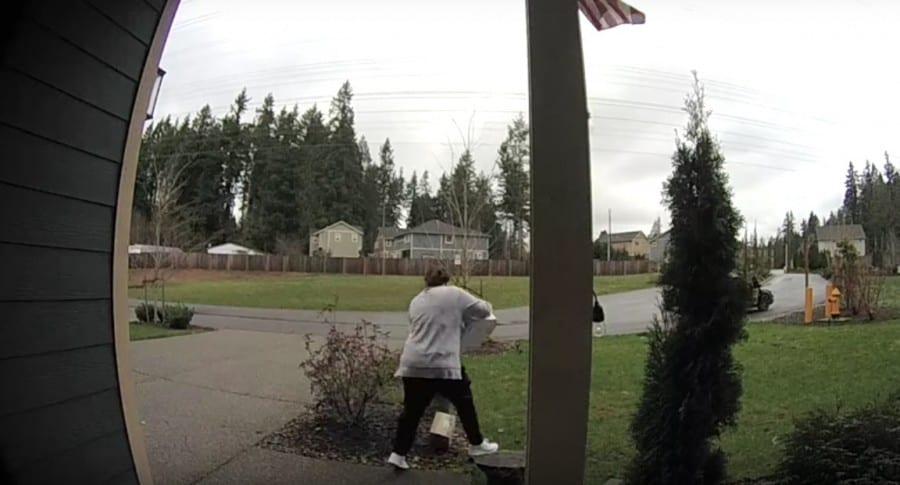 Mujer se cae luego de robar paquetes de una casa. Pulzo.