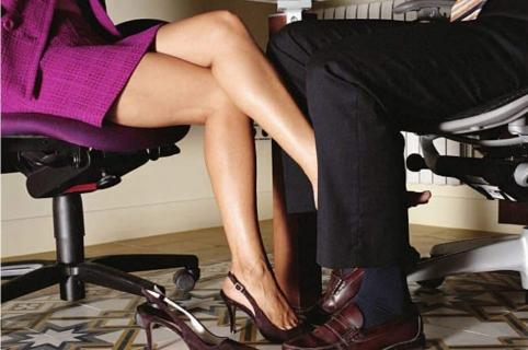 Mujer coqueteando con hombre
