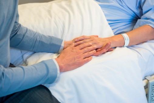 Hombre con anciana enferma