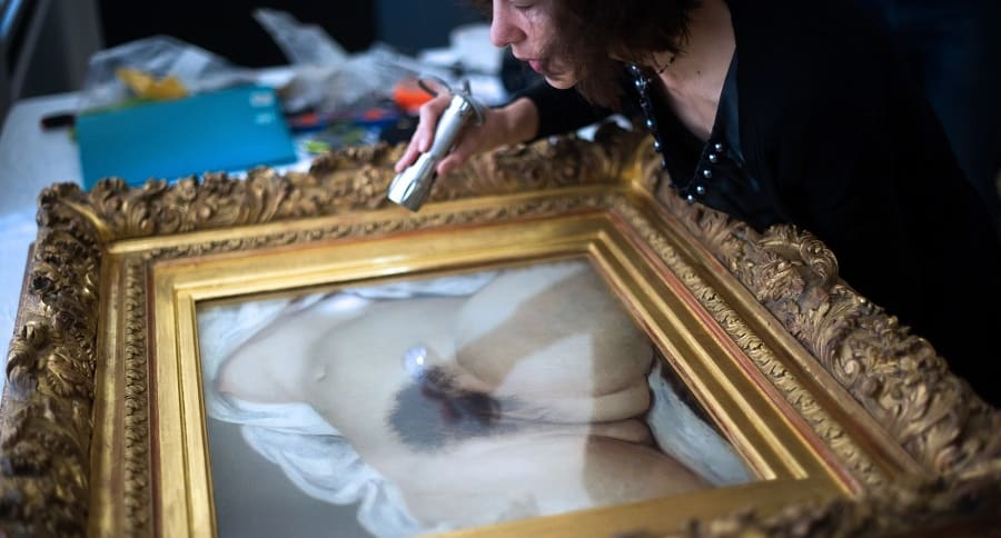 Mujer observa ka obra 'El origen del mundo', del francés Gustave Courbet