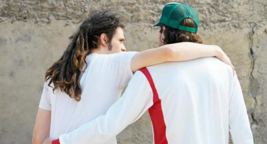 Hombres abrazados.