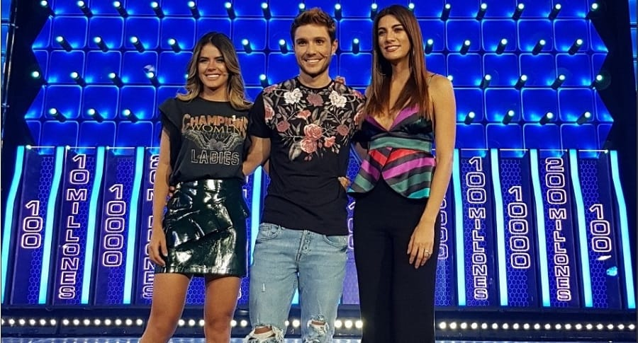Andrea Serna, presentadora, junto a Melissa Peláez y Juan Echeverry, participantes de 'The Wall'.