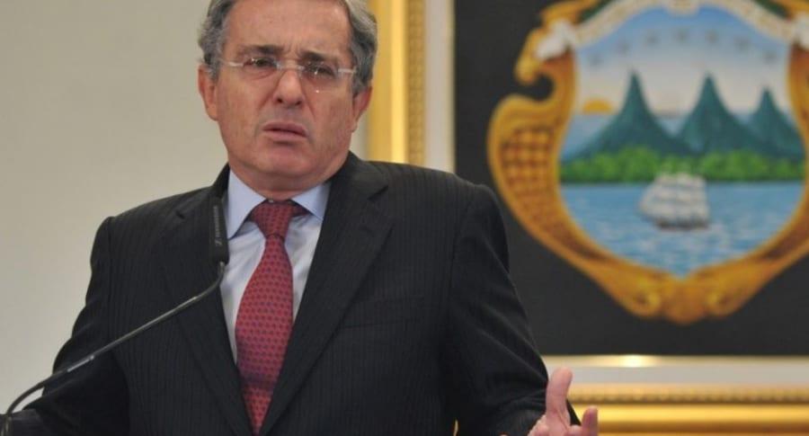 Piden investigar a Uribe por crimen y masacre de El Aro