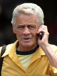 Hombre hace una llamada por celular. Pulzo.