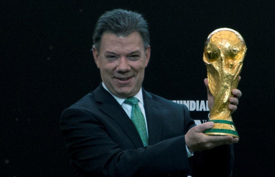 Juan Manuel Santos con la Copa Mundial