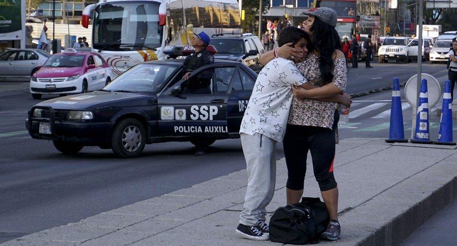 Personas atemorizadas por el temblor del viernes pasado.