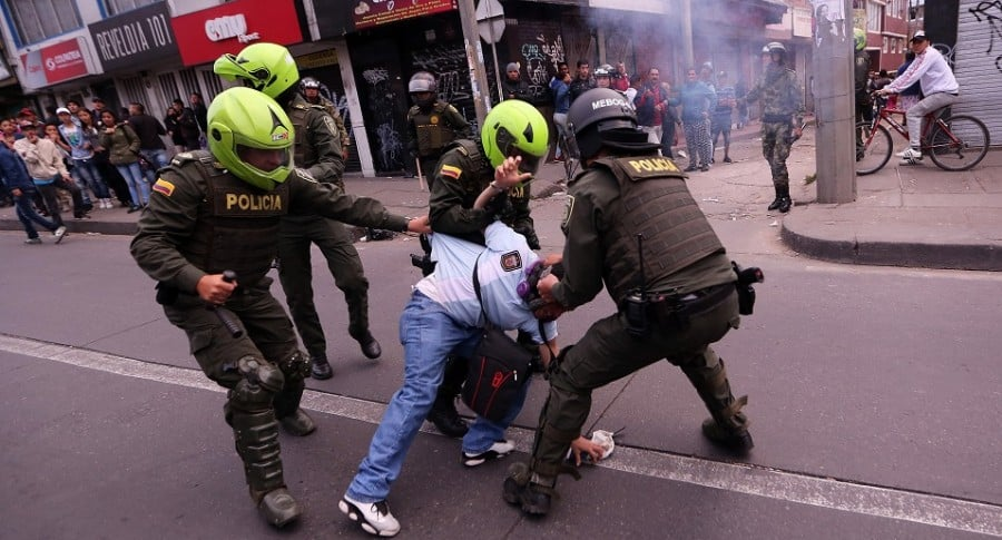 Saqueos en Bogotá de supermercados vinculados a FARC dejan 4 policías heridos