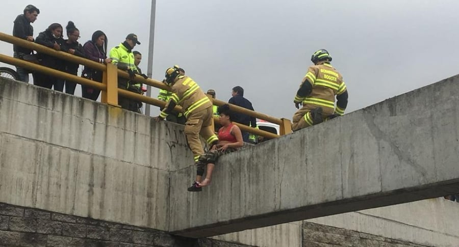 Mujer rescatada por bomberos