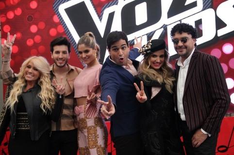 Los cantantes Yuri, Sebastián Yatra, Fany Lu y Andrés Cepeda, con los presentadores de 'La voz kids' 2018, Laura Tobón y Alejandro Palacio.