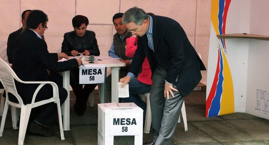 Álvaro Uribe, expresidente y senador, votando.