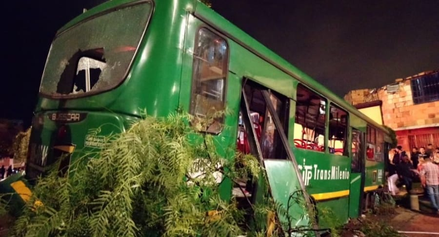Bus alimentador de Transmilenio accidentado