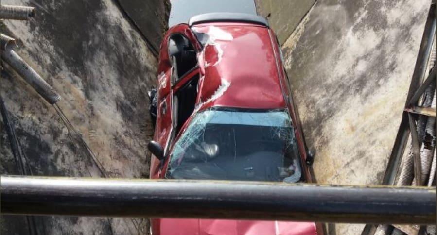 Carro que cayó a un caño, en Bogotá