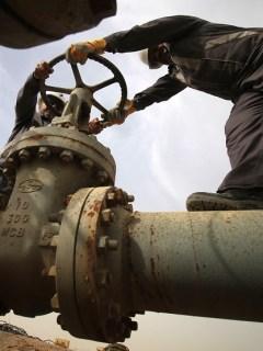 Trabajadores en oleoducto