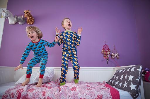 Niños juegan en una habitación