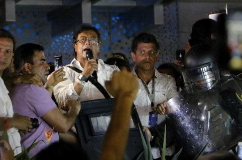Ataque a vehículo de candidato presidencial Petro causa revuelo en Colombia