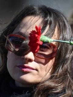 Mujer con una flor