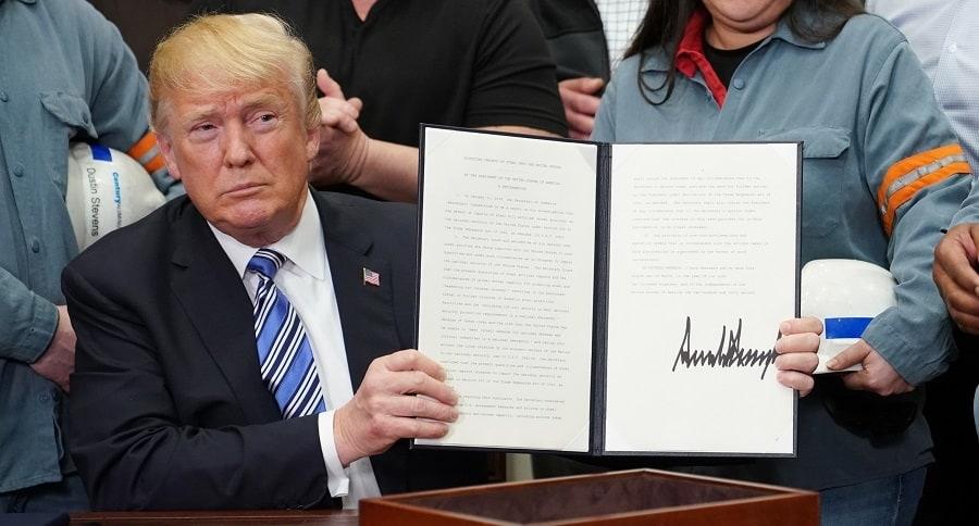 Donald Trump muestra el decreto de aranceles