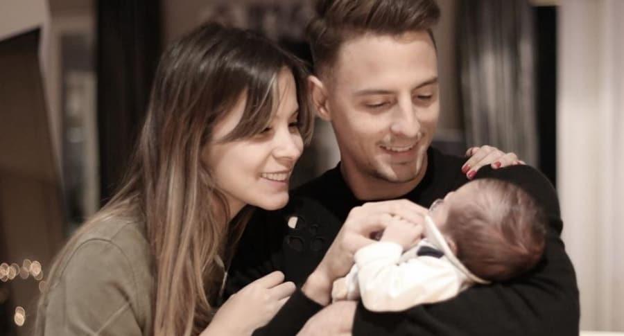 Karin Jiménez, modelo, con su esposo Santiago Arias, futbolista, y su hijo Thiago.
