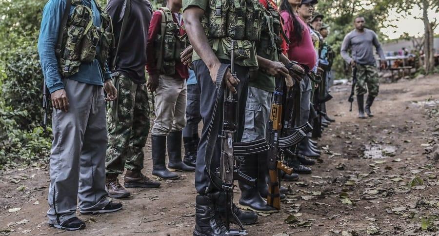 Grupo de personas armadas