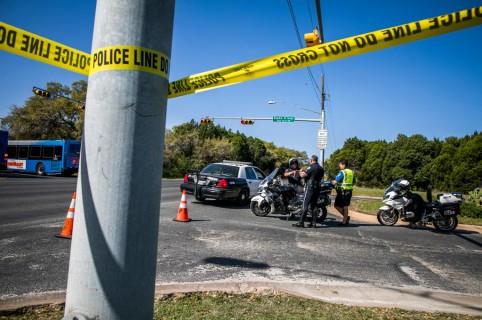 Policía atiende una de las explosiones en Texas