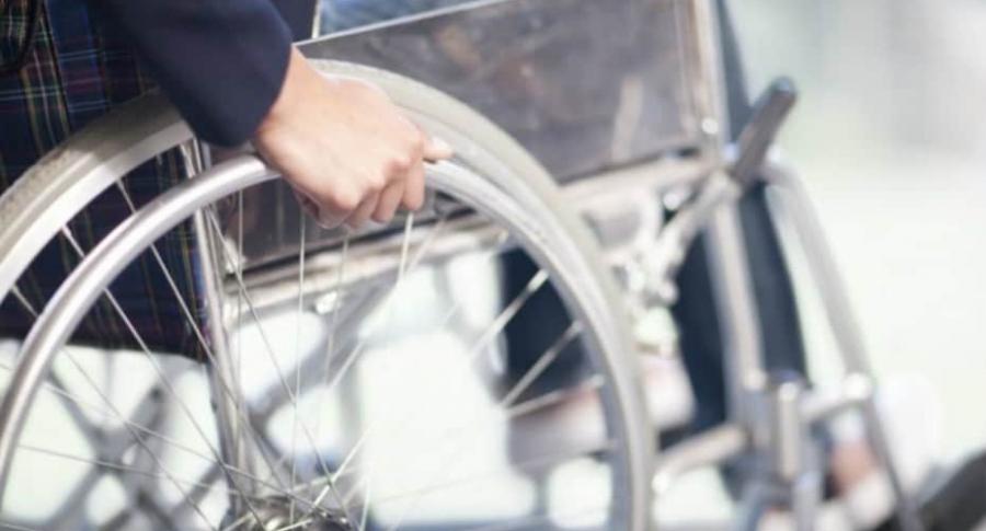 Hombre en silla de ruedas.