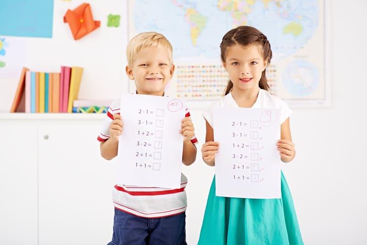 Niños en examen del colegio