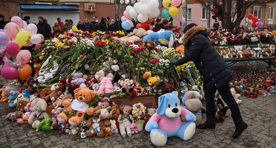 Personas dejan flores y juguetes a las víctimas.