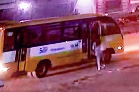 Joven subiéndose al bus en el que habría sido abusada sexualmente