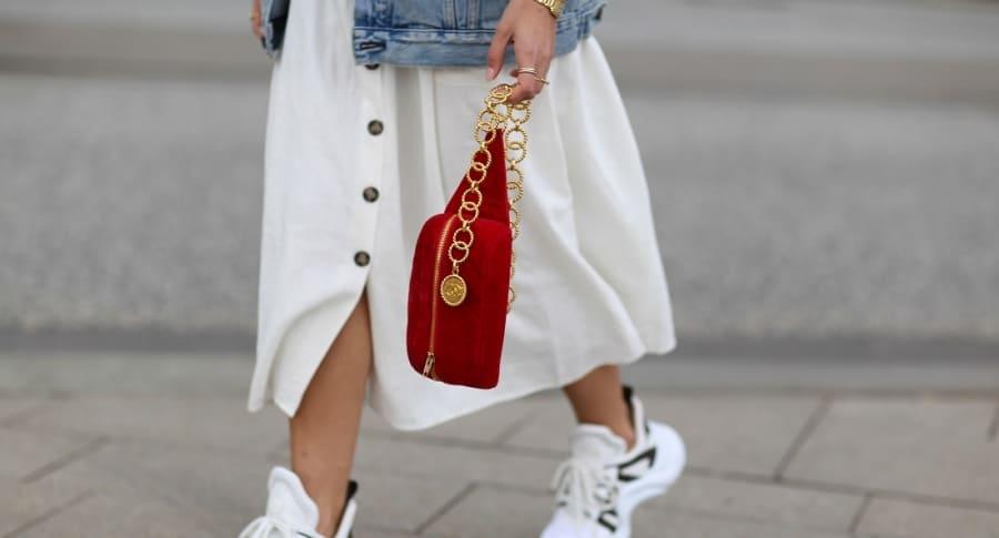 Mujer cargando su bolso