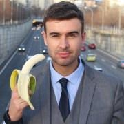 Hombre con bananop
