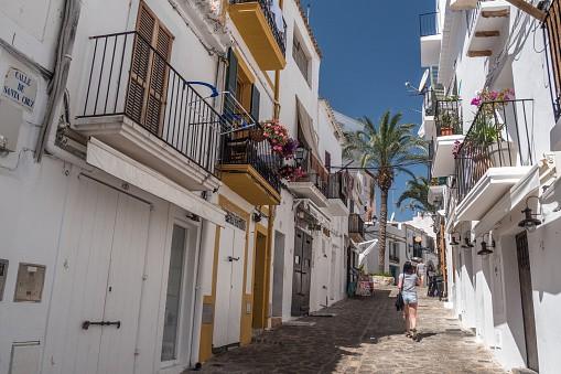 Mujer en calle de Ibiza