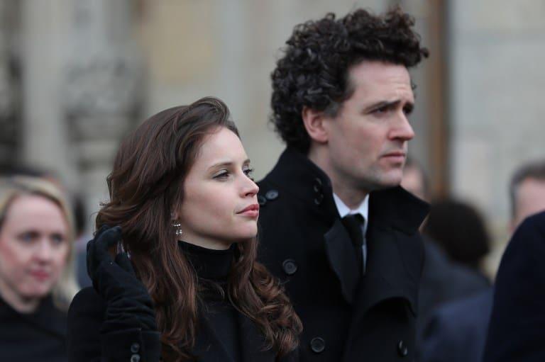 Felicity Jones y el productor y director inglés Stephen Guard