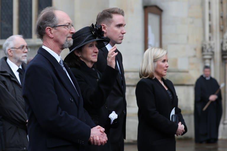 Jane Hawking (C), primera esposa de Stephen Hawking, su hijo Tim (2D) y su hija Lucy Hawking