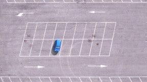 Carro en parqueadero