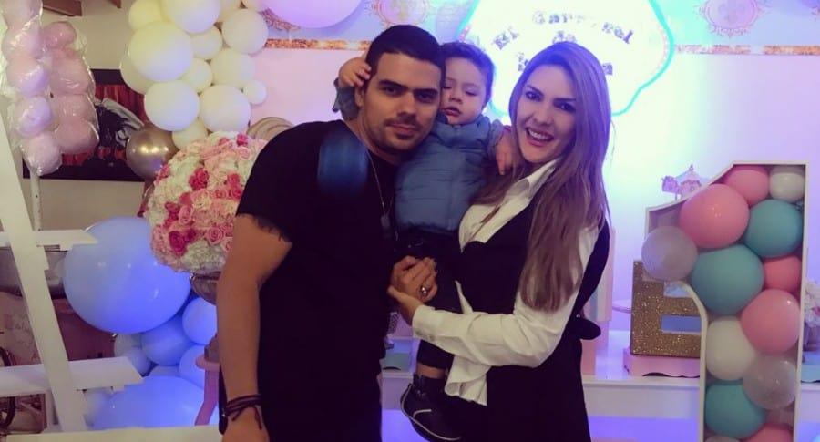 Alejandro Aguilar, actor, con su pareja Ana Karina Soto, presentadora, y su hijo Dante.
