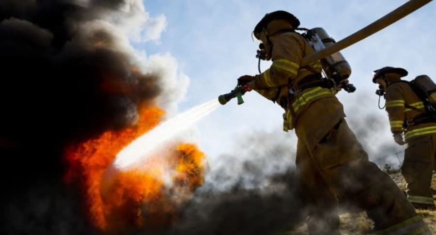 Bomberos apagan incendio