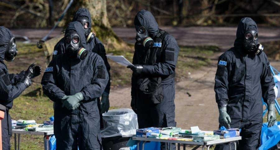 Agentes trabajan cerca del lugar de envenenamiento de exespía ruso