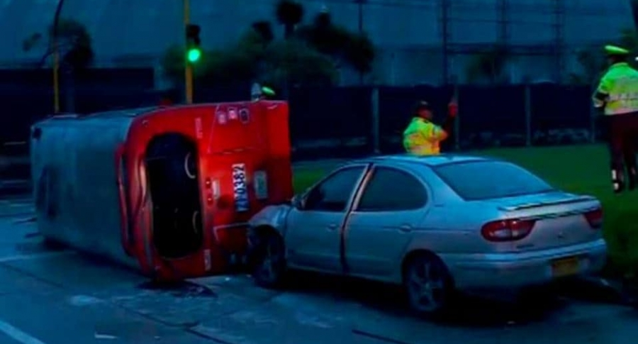 Accidente de bus del SITP Provisional que se volcó en el centro de la ciudad