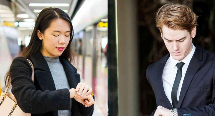 Hombre y mujer mriando el reloj