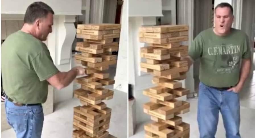 Hombre juega Jenga.