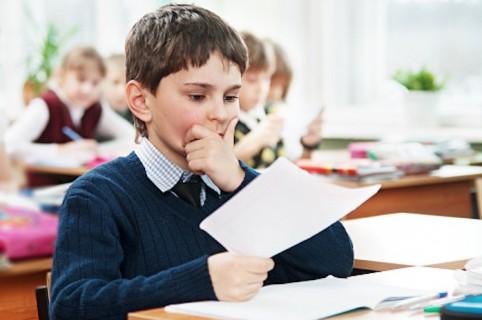 Niño respondiendo examen