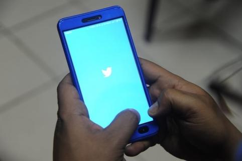 Teléfono celular con logo de Twitter