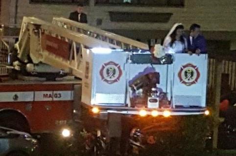 Novio en carro de bomberos
