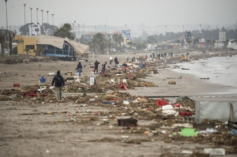 Destrucción de un tsunami en playa de Chile