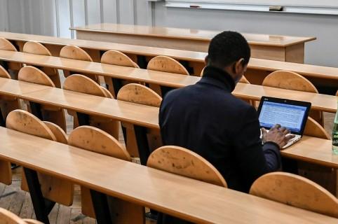 Estudiante en salón de clase