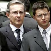 Jerónimo y Tomás Uribe junto a su padre Álvaro Uribe Vélez