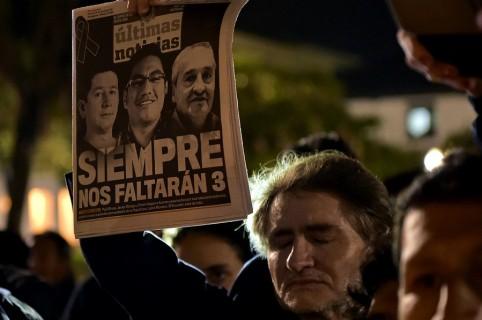 Periodistas levantan cartel con los comunicadores asesinados